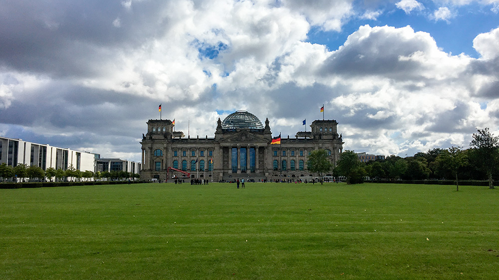 Reichstag in Berlin. Deutsches Regierungsgebäude mit Deutschlandfahne