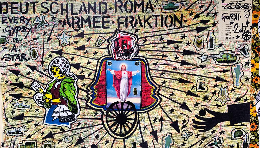 Werbekunstaktion vorm Maxim Gorki Theater in Berlin zur Aufführung von Roma Armee