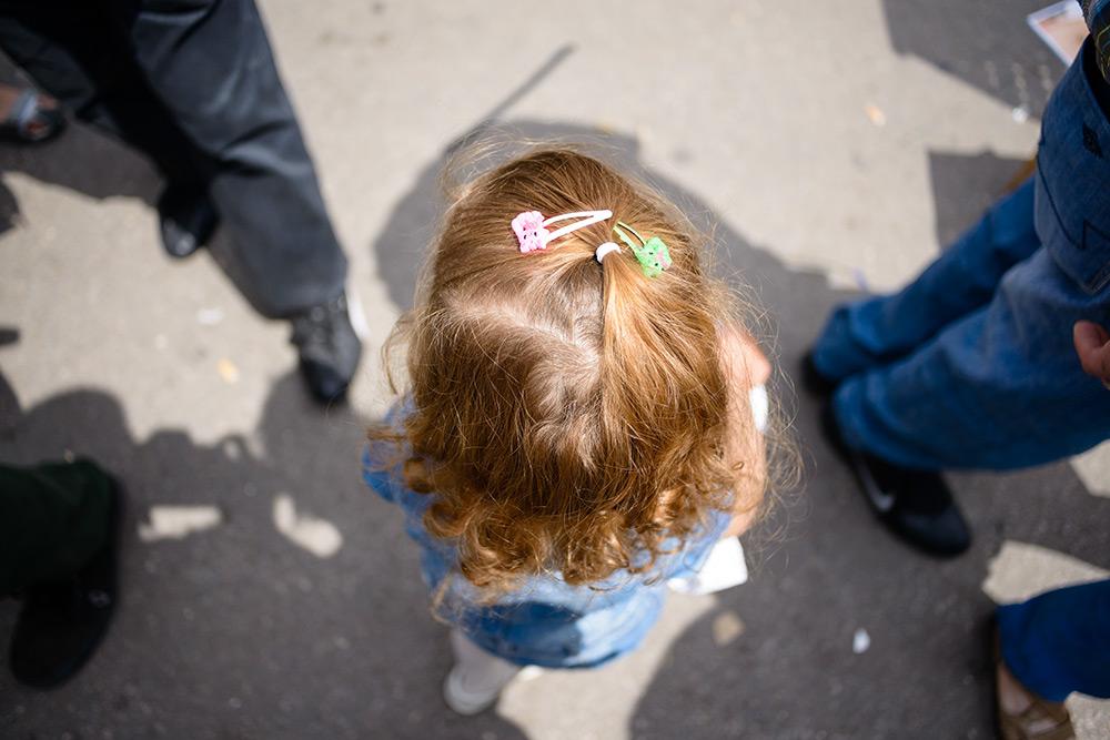 Mädchen mit Haarspange