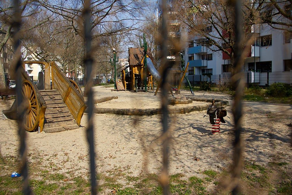 leerer Spielplatz in Zeiten der Coronapandemie